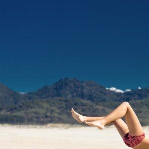 glatte Beine am Strand Waxing Haarentfernung